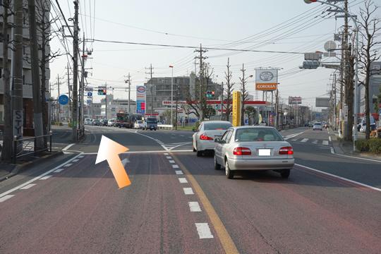 尻手黒川線道路の「越路」Yの字交差点を道なりに左斜め方向へ